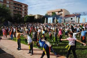 Ayuntamiento de Novelda Pilates-300x201 Medio millar de alumnos de primaria de Novelda participan en una clase de pilates pionera en España