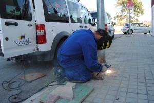 Ayuntamiento de Novelda Soldando-tapas-300x201 Sellan las arquetas de alumbrado y modifican los postes informativos turísticos para evitar el robo de cobre
