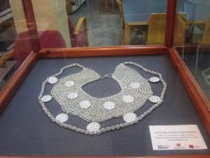 """Ayuntamiento de Novelda IMG_4444-300x225 El libro, material de joyería en la exposición """"Cuéntame una joya"""""""