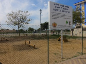 Ayuntamiento de Novelda IMG_4860-300x224 Infraestructuras reabre la renovada zona de esparcimiento canino
