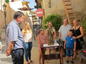 Ayuntamiento de Novelda IMG_7964-300x224 La familia Cortés Visedo acicala la imagen de La Santa de la hornacina del Ayuntamiento