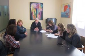 Ayuntamiento de Novelda convenio-mini-300x198 El Ayuntamiento y las AMPA's firman los convenios para la financiación de los Juegos Escolares del pasado curso
